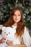 拿着一个逗人喜爱的玩具熊的女性 库存图片