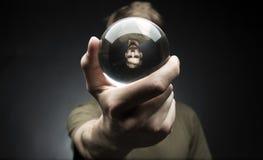 拿着一个水晶球 库存照片
