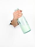 拿着一个玻璃瓶牛奶的男性手 库存图片