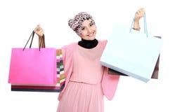 拿着一些个购物袋的美丽的少妇 免版税库存照片