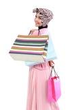 拿着一些个购物袋的美丽的年轻回教妇女 免版税库存照片