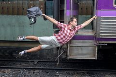 拿着一列移动的火车的游人 免版税库存图片