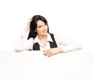 拿着一副白色横幅的一名年轻女实业家 免版税库存照片