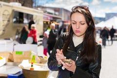 拿着一只唯一新鲜的被打开的牡蛎的生气的妇女 免版税图库摄影