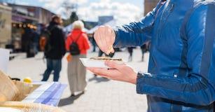 拿着一只唯一新鲜的被打开的牡蛎的男性手和紧压  免版税库存照片