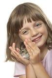 拿着一只小的仓鼠的小女孩 免版税库存图片