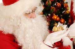 拿着一只怀表的圣诞老人 免版税库存照片