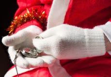 拿着一只怀表的圣诞老人 免版税库存图片