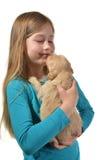 拿着一只金毛猎犬小狗的女孩 免版税库存照片