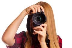 拿着一台专业照相机- i的可爱的女性摄影师 免版税库存照片