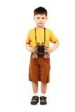 拿着一台双筒望远镜的小男孩 免版税库存照片