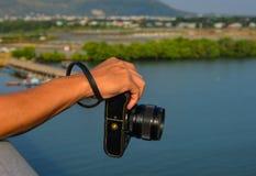 拿着一台小照相机的手 免版税图库摄影