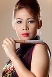 拿着一台折叠的风扇的美丽的亚裔女性 免版税图库摄影