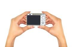 拿着一台数字照相机的女性手 库存图片
