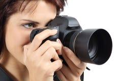拿着一台数字照相机的美丽的摄影师妇女 免版税库存照片