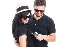 拿着一台老葡萄酒照片照相机的夫妇 免版税库存照片