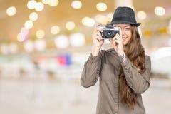 拿着一台老葡萄酒照相机的妇女 库存图片