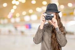 拿着一台老葡萄酒照相机的妇女 免版税库存照片