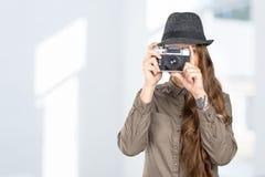 拿着一台老葡萄酒照相机的妇女 免版税库存图片