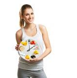 拿着一块板材用食物,饮食概念的美丽的少妇 免版税库存照片