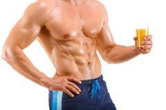 拿着一块玻璃用汁液,形状胃肠的健康肌肉人,被隔绝 库存图片