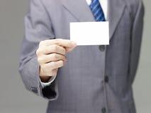 拿着一张空白的名片的企业人 免版税库存照片