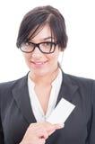 拿着一张空白的名片的经理妇女 免版税库存图片