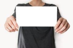 拿着一张空的卡片的女性 库存照片
