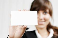 拿着一张空的卡片的妇女 免版税库存照片