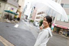 拿着一把伞的妇女在日本市 库存图片