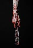 拿着一把可调扳手,血淋淋的钥匙,疯狂的水管工,血淋淋的题材,万圣夜题材,黑背景的血淋淋的手,被隔绝 免版税库存照片