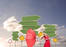 拿着一把残破的伞的可爱的魅力妇女 图库摄影