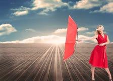 拿着一把残破的伞的可爱的魅力妇女 库存图片