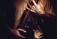 拿着一把老小提琴 库存照片