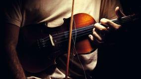 拿着一把老小提琴 图库摄影