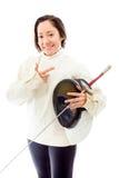拿着一把面具和剑有打手势的女性击剑者 图库摄影