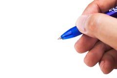 拿着一支蓝色颜色圆珠笔的手 免版税库存照片
