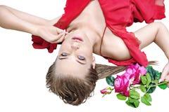 拿着一朵红色玫瑰的白肤金发的可爱的夫人 库存图片