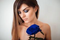 拿着一朵蓝色玫瑰的女孩永恒 免版税图库摄影