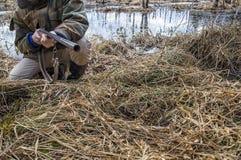 拿着一杆老狩猎步枪的猎人 免版税库存照片