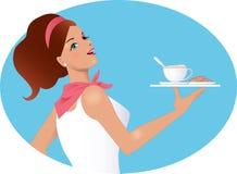 拿着一杯咖啡和饼干的女服务员 免版税库存图片
