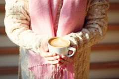 拿着一杯咖啡或热巧克力或者柴茶拿铁的女孩 免版税库存图片