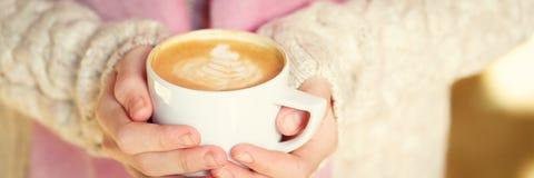 拿着一杯咖啡或热巧克力或者柴茶拿铁的女孩 免版税图库摄影