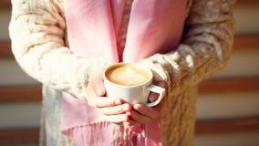 拿着一杯咖啡或热巧克力或者柴茶拿铁的女孩 库存照片