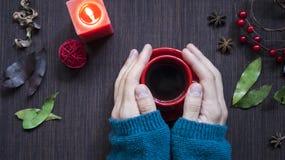 拿着一杯咖啡的一个人 圣诞节的预期 冷 免版税库存照片