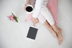 拿着一杯咖啡的睡衣的妇女 Bird's眼睛视图 免版税图库摄影