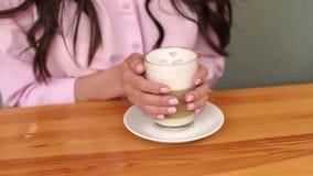 拿着一杯咖啡,手特写镜头的女孩  影视素材