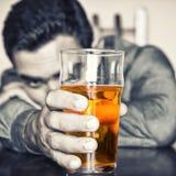 拿着一杯啤酒的醉酒的人 免版税库存图片