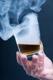 拿着一杯威士忌酒的人 库存照片