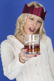 拿着一杯威士忌酒的Oung妇女看有一点更坏的形式穿戴 库存照片